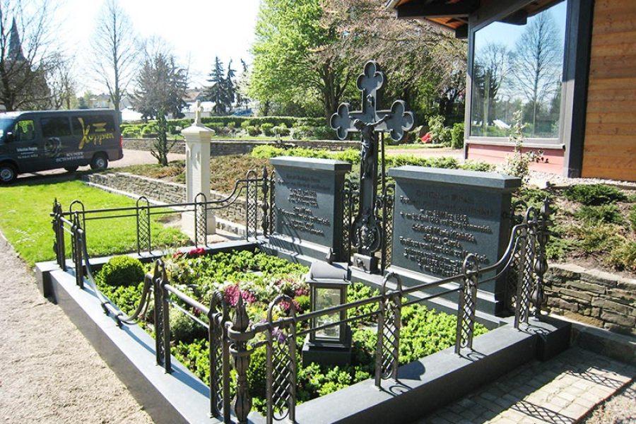 Grabkreuz und Grabeinfassung